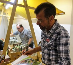 Karl Ploberger signiert Bücher