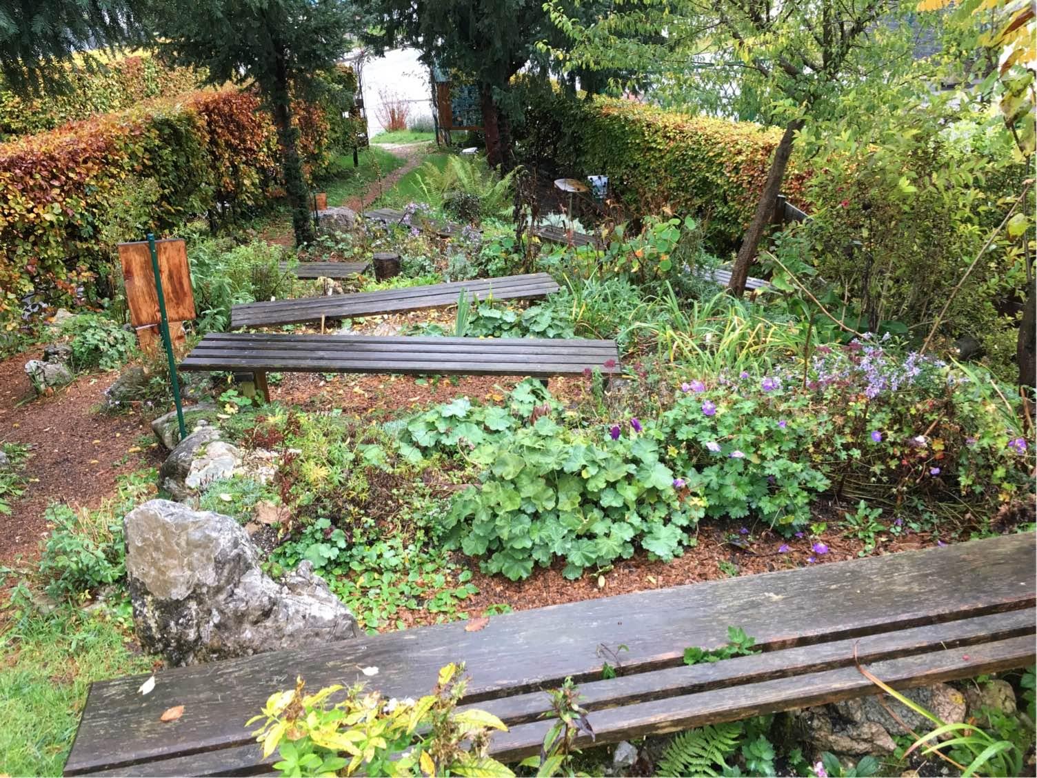 Viele Sitzbänke auf kleinstem Raum im Carolus Clusius Garten